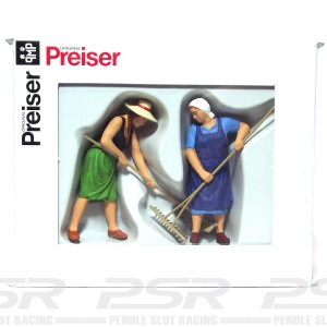 Preiser Farmers Wives with Rake PZ-63075